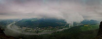 Clody himmel över Elbe Arkivbild