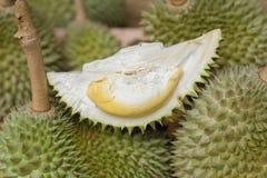 Cloes вверх по свежему плодоовощ дуриана Puangmanee и дуриану отрезка желтому Стоковая Фотография RF