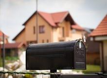 Cloes oben eines Briefkastens auf der Straße Stockfoto