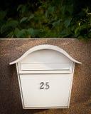 Cloes su di una cassetta delle lettere sulla via Fotografia Stock Libera da Diritti