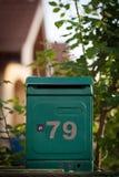Cloes upp av en brevlåda på gatan Arkivbild