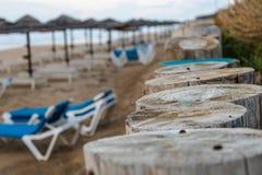 Cloesup av träpoler som står på stranden royaltyfri bild