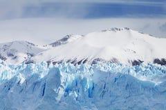 Cloeup van Gletsjer met Bergen op Achtergrond Stock Foto's