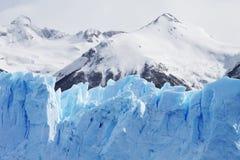 Cloeup van Gletsjer met Bergen op Achtergrond Stock Foto