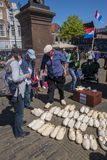 Clog κατασκευαστής που πωλεί τα ξύλινα παπούτσια Στοκ φωτογραφία με δικαίωμα ελεύθερης χρήσης
