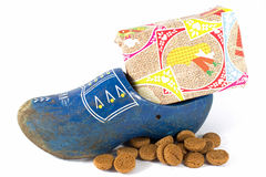 Clog που γεμίζουν με τα καρύδια πιπεροριζών και ένα παρόν Στοκ εικόνες με δικαίωμα ελεύθερης χρήσης