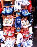 Cloggs néerlandais à vendre, Volendam Image stock