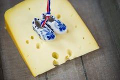 Clogs, ολλανδικά clogs στο τυρί Στοκ εικόνες με δικαίωμα ελεύθερης χρήσης