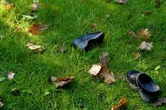 Clogs παιδιών ` s που αφήνονται στον κήπο στοκ εικόνες με δικαίωμα ελεύθερης χρήσης