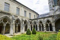 Cloister av abbeyen i Soissons Arkivbild