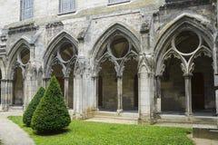 Cloister av abbeyen i Soissons arkivfoton