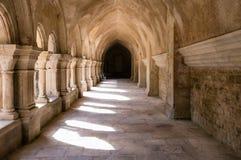 Cloister på den Fontenay abbeyen Arkivfoto