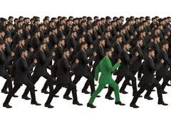 Cloni in marcia con l'individuo verde Immagini Stock Libere da Diritti