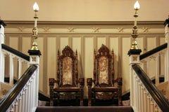 Clontarf城堡,双胞胎椅子。 都伯林。 爱尔兰 库存图片