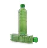 Clorofilla delle bottiglie di acqua isolata su fondo bianco fotografia stock