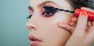 Clos-up de méthode de dépose de cil Femme avec de longues mèches dans un salon de beauté Étroitement, macro publicité, magazine images stock