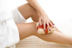 close female her legs scrubbing view στοκ εικόνες με δικαίωμα ελεύθερης χρήσης