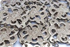 Close up à pilha do fundo tailandês da correia da prata da flor foto de stock royalty free