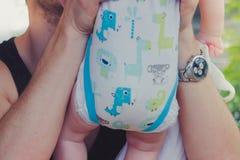 Close-up às mãos do pai que abraçam e que beijam sua demora doce imagem de stock royalty free