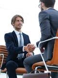 Close-up бизнесмена держа портфель Стоковое Изображение RF