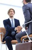 Close-up бизнесмена держа портфель Стоковая Фотография