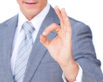Close-up бизнесмена показывая ОДОБРЕННЫЙ знак Стоковые Фотографии RF