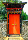 Close-up aan Mooie Bhutan In traditionele stijl van Grote Deuringang stock foto