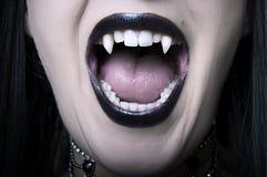 Close up aberto da boca da mulher do vampiro fotografia de stock royalty free
