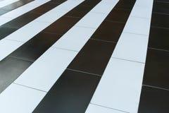 Close-up abstract diagonaal patroon van afwisselende zwart-witte strepen op de vloer Royalty-vrije Stock Foto