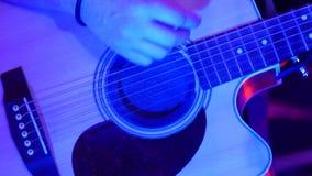 Close-up acústico do jogador da guitarra filme