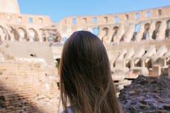 Close-up achtermening van vrouwelijke toerist binnen Colosseum in Rome, Italië royalty-vrije stock fotografie
