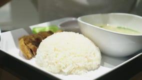 Close-up alguém come um prato da culinária asiática em um restaurante filme