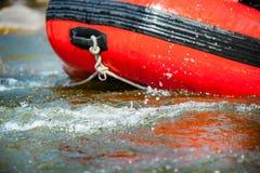 Close-up alguma parte da jangada com corredeira da água no rio Fotografia de Stock Royalty Free