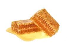 Close up amarelo da fatia do favo de mel isolado no fundo branco imagem de stock