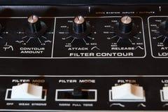 Close up análogo do painel de controle do sintetizador da música do vintage no foco raso fotografia de stock royalty free