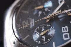 Close up análogo do relógio de pulso fotografia de stock