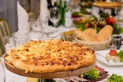Close-up apetitoso saboroso grande do queijo da pizza 4 no fundo da tabela do feriado imagens de stock royalty free