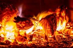 close-up ardendo sem chama de carvões, chama brilhante, quente na fornalha fotografia de stock royalty free