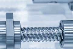 Close up as peças sobresselentes do parafuso movimentador da máquina do CNC no claro - cena azul foto de stock royalty free
