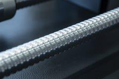 Close up as pe?as sobresselentes do parafuso movimentador da m?quina do CNC no claro - cena azul foto de stock