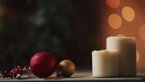 Close-up As velas do Natal fundem para fora no fundo de luzes borradas de uma árvore de Natal O fumo da vela vídeos de arquivo