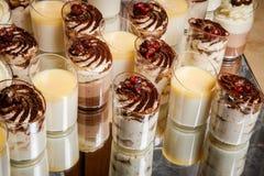 Close-up assorty van het dessert van de roommousse in plastic koppen royalty-vrije stock fotografie