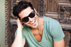 Close-up of attractive man smiling with sunglasses Royalty Free Stock Photos