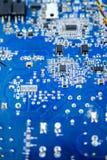 Close-up azul da placa de circuito com formas diferentes dos microelementos Imagens de Stock Royalty Free