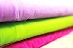 Close-up azul da tela do tule na perspectiva close-up azul da tela com textura de matéria têxtil foto de stock royalty free