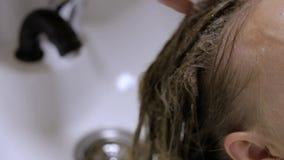 Close-up - barbeiro fêmea que faz a pintura da cor para o cliente fêmea video estoque