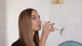Close-up bebendo do champanhe da moça bonita filme