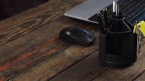 Close-up, bebida de um copo, trabalhando com um rato do computador e um teclado do portátil video estoque