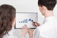 close-up bedrijfscollega's die een financi?le grafiek bespreken Bedrijfs concept stock fotografie