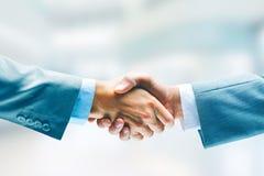Close-up bedrijfshanddruk Twee mensen die handen schudden Succes overeenkomst Stock Afbeelding